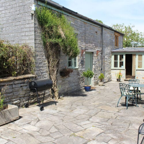 Rental cottage with BBQ & outside space